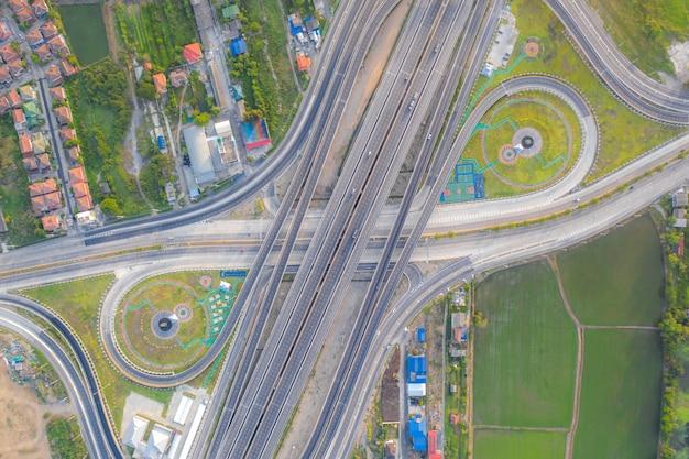 Vogelperspektive von landstraßenkreuzungen draufsicht der städtischen stadt, bangkok, thailand.