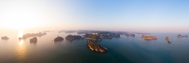 Vogelperspektive von langer bucht cat ba-insel ha, von einzigartigen kalksteinfelseninseln und von karstbildungsspitzen im meer, berühmter tourismusbestimmungsort in vietnam. szenischer blauer himmel.