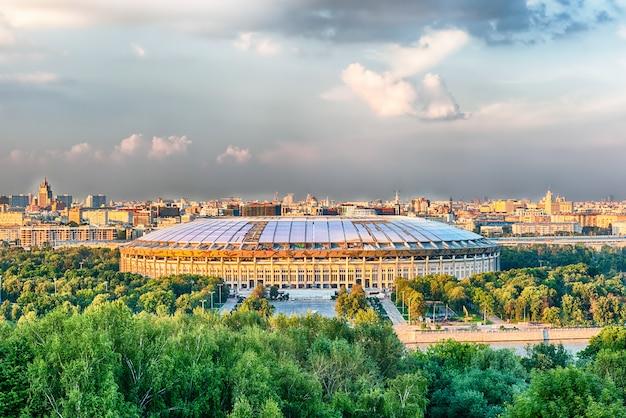 Vogelperspektive von luzhniki-stadion von den spatzen-hügeln, moskau, russland