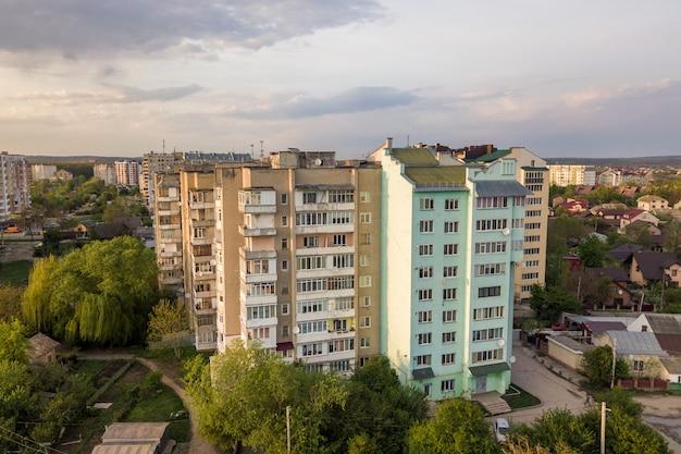 Vogelperspektive von mehrstöckigen wohngebäuden im grünen wohngebiet.