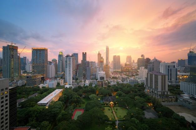 Vogelperspektive von modernen bürogebäuden bangkoks in bangkok-stadt im stadtzentrum gelegen mit sonnenunterganghimmel