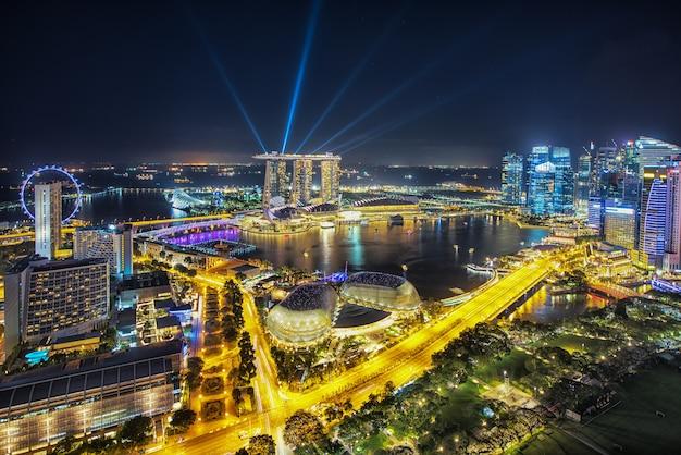 Vogelperspektive von singapur-geschäftsgebiet und von stadt nachts in singapur, asien.