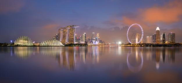 Vogelperspektive von singapur-stadtbild mit reflexion nachts