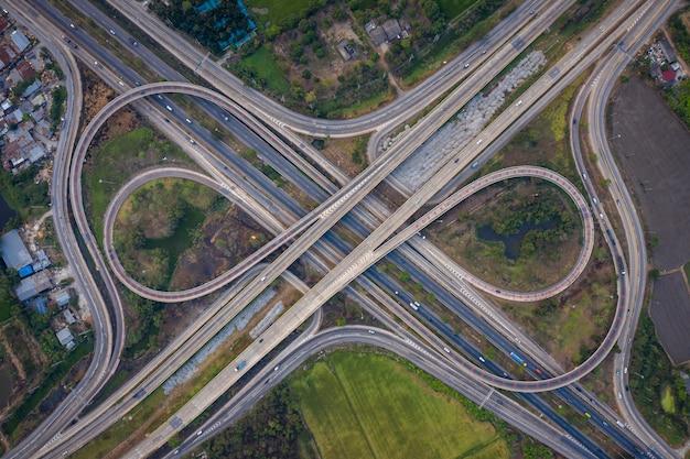 Vogelperspektiveaustausch-autobahnüberführungen und autobahnringstraße, die im stadttransport-logistikkonzept in thailand anschließen