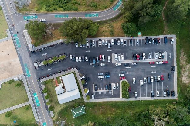 Vogelperspektivedrohne schoss von den parkplätzen des parkplatzes draußen im park.