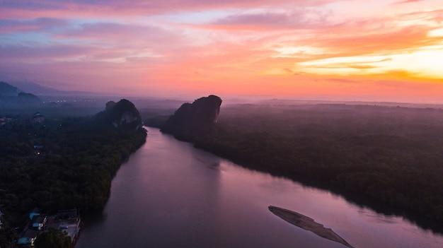 Vogelperspektivelandschaft des berges in der dämmerungszeit, krabi thailand