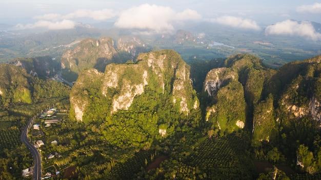 Vogelperspektivelandschaft des berges in krabi thailand