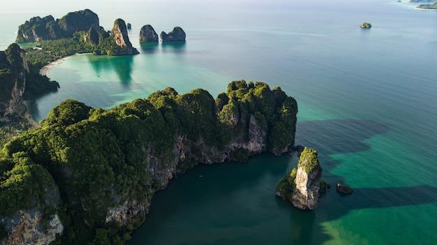 Vogelperspektivelandschaft des berges und des strandes oder der küste in krabi thailand
