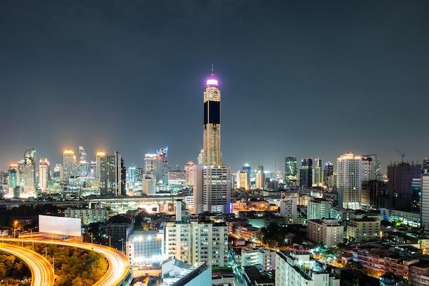 Vogelperspektivemarkstein-wolkenkratzergebäude mit dem verkehr, der auf hochstraße glüht