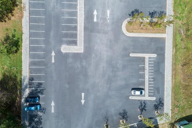Vogelperspektivendrohne schoss von fahrzeugen des parkplatzes draußen im park