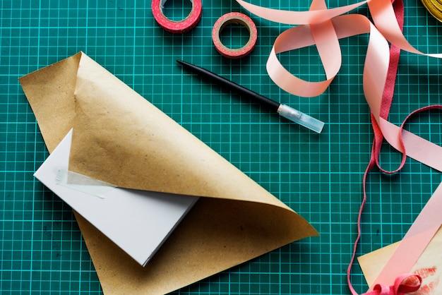 Vogelperspektivennahaufnahme des verpackungskastens auf grünem schnittbrett