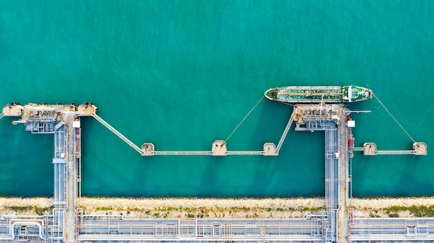 Vogelperspektiventanker, der am hafen, geschäftsimport-exportöl mit tankschifftransportöl von der raffinerie auf dem meer entlädt.