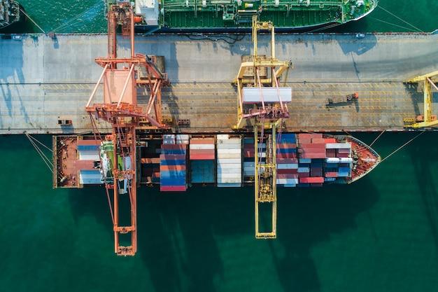Vogelperspektiveseehafen containerfracht-ladenschiff im importexportgeschäft logistisch