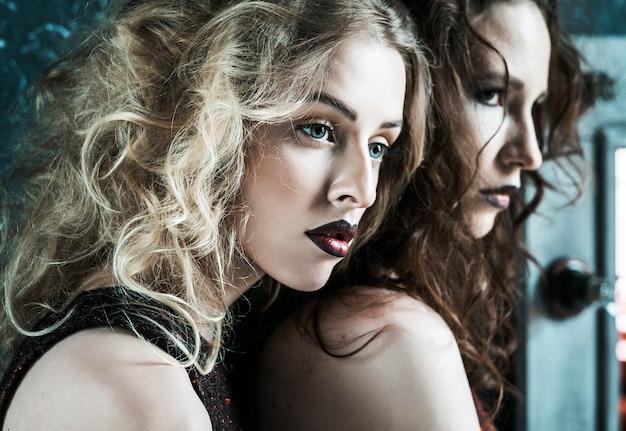 Vogue-artfoto von zwei modedamen
