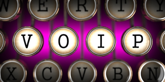 Voip - voice over internet protocol - auf den tasten der alten schreibmaschine auf rosa hintergrund.