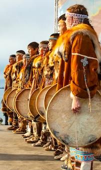 Volksensemble-aufführung in kleidung der ureinwohner kamtschatkas