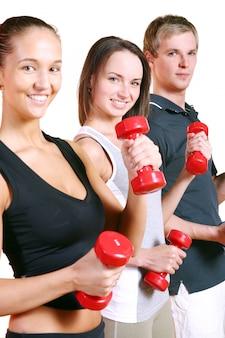 Volksgruppe, die fitnessübungen macht
