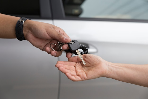 Volkshand geben und erhalten autoschlüssel mit autohintergrund
