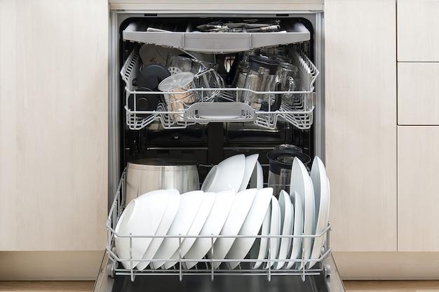 Voll beladene spülmaschine