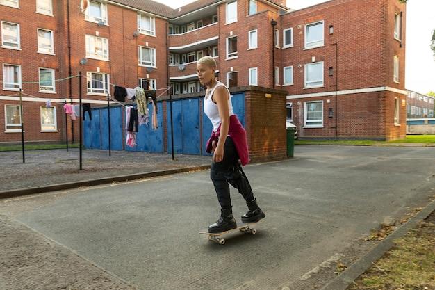 Voll erschossene frau auf skateboard