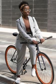 Voll erschossene frau mit fahrrad