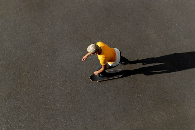 Voll erschossene frau mit skateboard in vororten