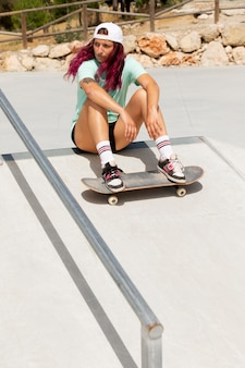 Voll erschossene frau mit skateboard