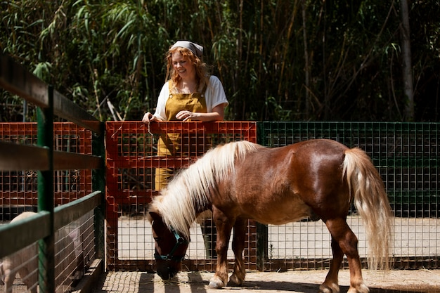 Voll erschossene frau und süßes pony