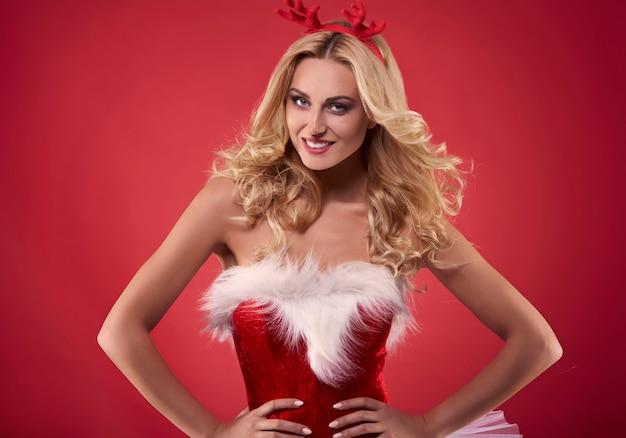 Voll in weihnachtsverkleidung gekleidet