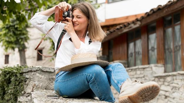 Vollbild-smiley-frau, die fotos macht