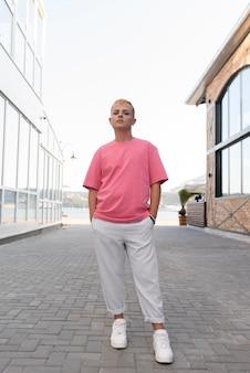Vollbild-transgender mit make-up-posing