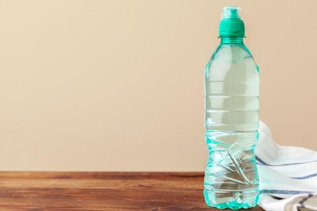 Volle geschlossene plastikwasserflaschen. nahansicht