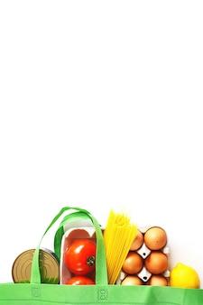 Volle grüne tüte mit gesundem essen auf weißem hintergrund