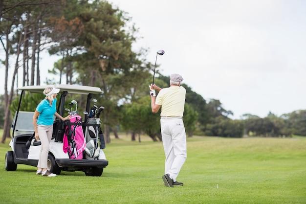Volle länge des mannes, der am golfplatz erschossen wird