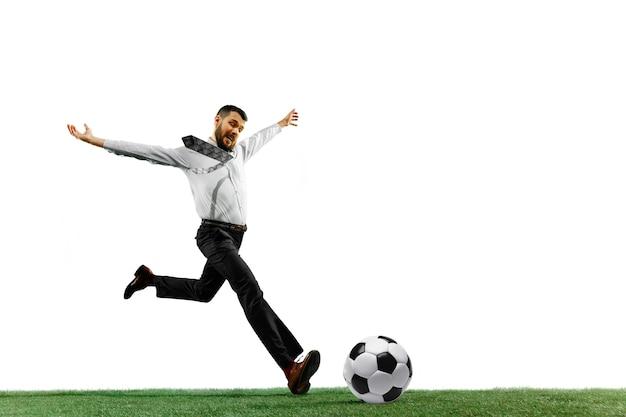 Volle länge erschossen von einem jungen geschäftsmann, der fußball lokalisiert auf weißem hintergrund spielt.