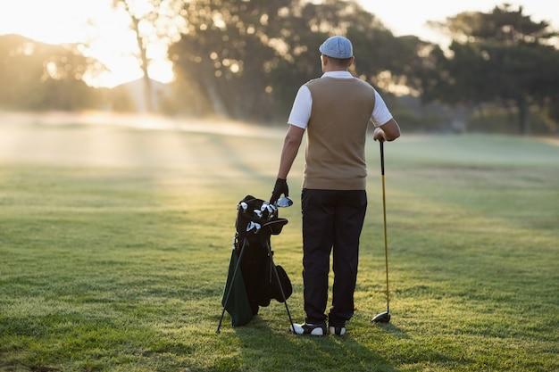 Volle länge rückansicht des golfers