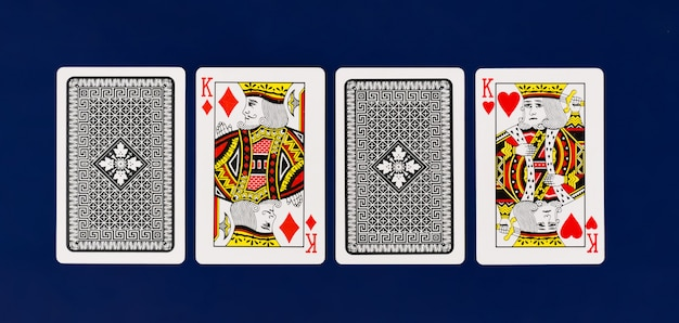 Volle plattform königs playing cards auf einfachem hintergrund für draufsicht des kasinopokers