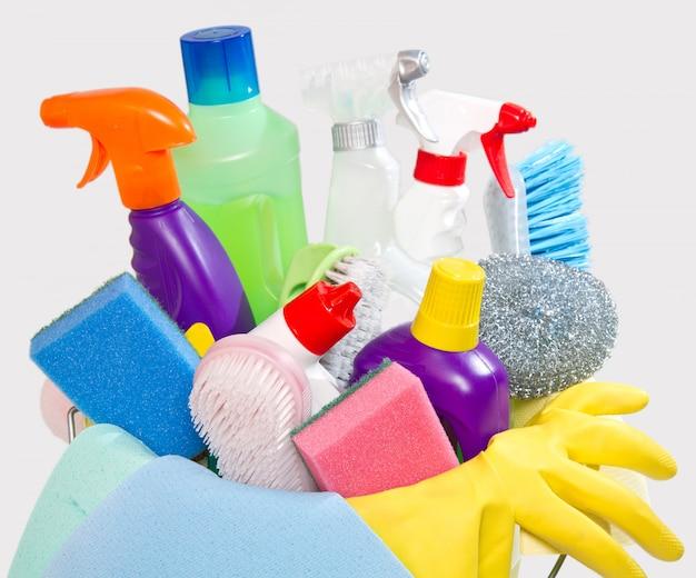 Volle schachtel mit reinigungsmitteln und handschuhen, isoliert auf weiß