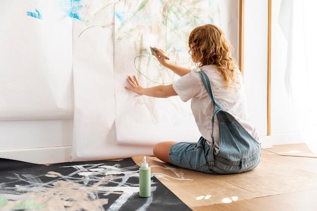 Volle schuss rothaarigefrauenmalerei