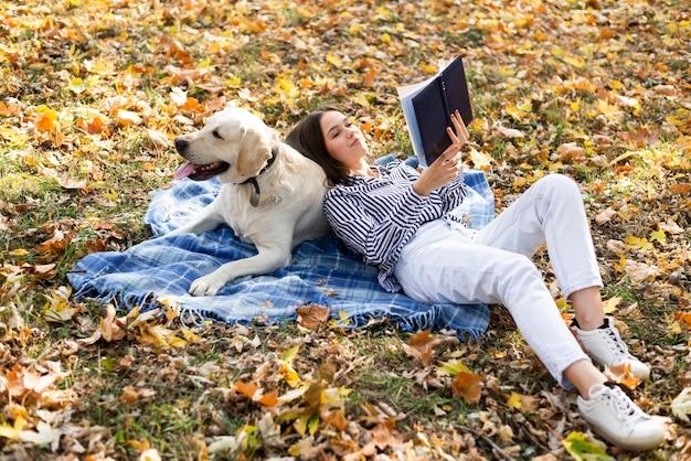 Volle schussfrau mit nettem hund