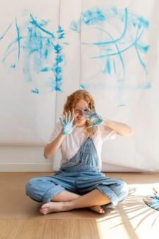 Volle schusssmileyfrau mit gemalten palmen