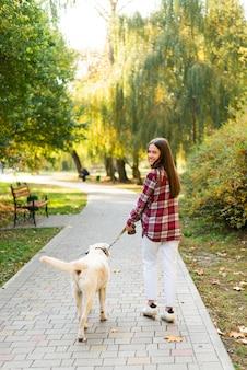 Volle show frau spazieren mit ihrem hund