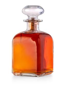 Volle whiskyflasche isoliert auf weißem hintergrund mit beschneidungspfad
