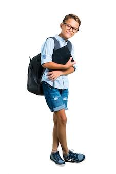 Voller körper des studentenjungen mit dem rucksack und gläsern, die arme gekreuzt halten. zurück zur schule