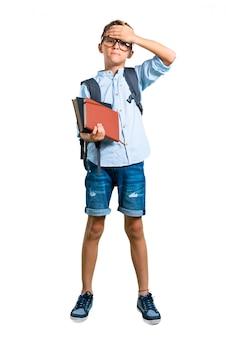Voller körper des studentenjungen mit dem rucksack und gläsern, die augen durch hände bedecken. zurück zur schule
