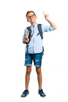 Voller körper des studentenjungen mit dem stehenden und denkenden rucksack und gläsern. zurück zur schule