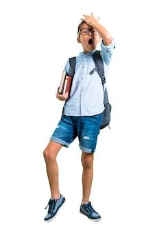 Voller körper des studentenjungen mit rucksack und gläsern. zurück zur schule