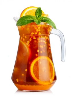 Voller krug alkoholfreier cocktail mit orangenfrüchten und sanddorn