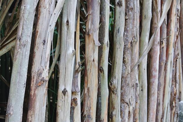Voller rahmen-hintergrund des natürlichen zauns hergestellt von den holzstöcken