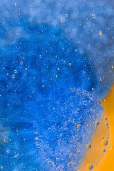 Voller Rahmen schoss vom blauen Hintergrund mit Wasserblasen